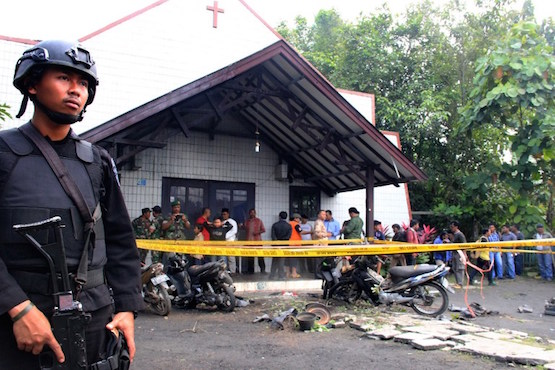 An Indonesian policeman stands guard outside the Oikume Church after a man allegedly threw Molotov cocktails towards it in Samarinda, East Kalimantan, on November 13, 2016. Several children were injured after a man allegedly threw Molotov cocktails at a church during a Sunday service on November 13 in Indonesia, police said. / AFP PHOTO / STRINGER